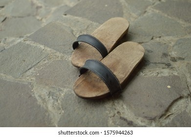 traditional-sandal-bakiak-bangkiak-terompa-260nw-1575944263-1.jpg